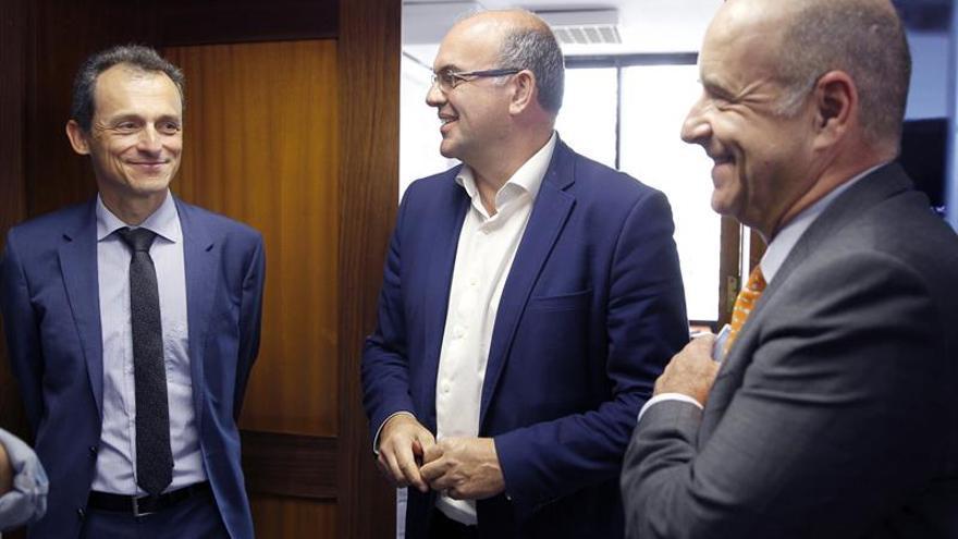 Pedro Duque conversa con Anselmo Pestana.