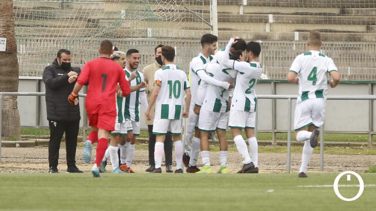 Los jugadores del Córdoba B celebran un gol en un partido.