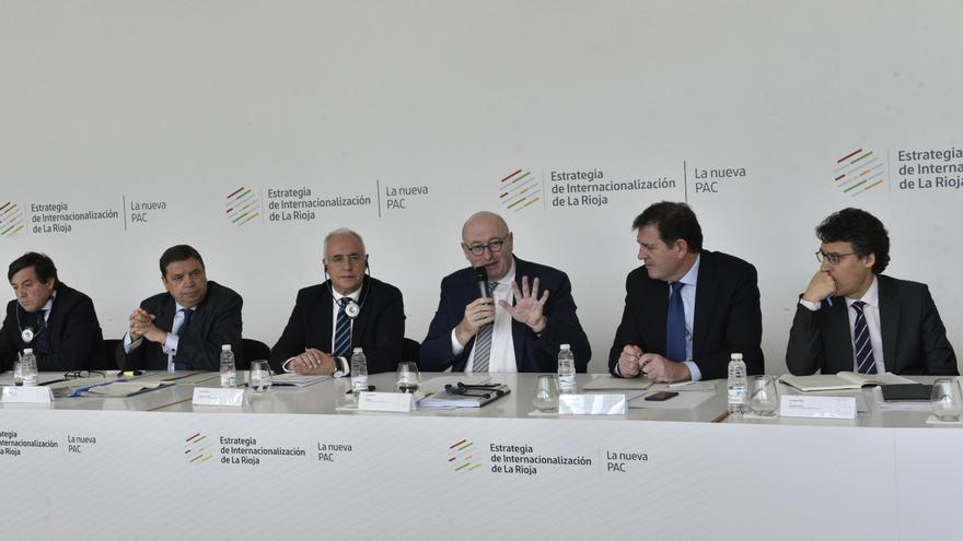 El comisario Phil Hogan y el ministro en La Rioja