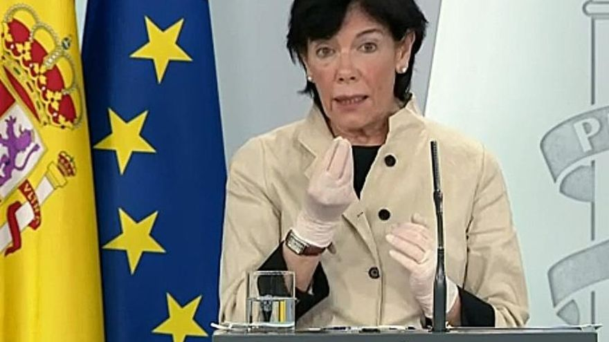 Captura de la señal institucional de Moncloa de la ministra de Educación y Formación Profesional, Isabel Celaá, durante la rueda de prensa que ofrece hoy viernes en el Palacio de La Moncloa, Madrid.