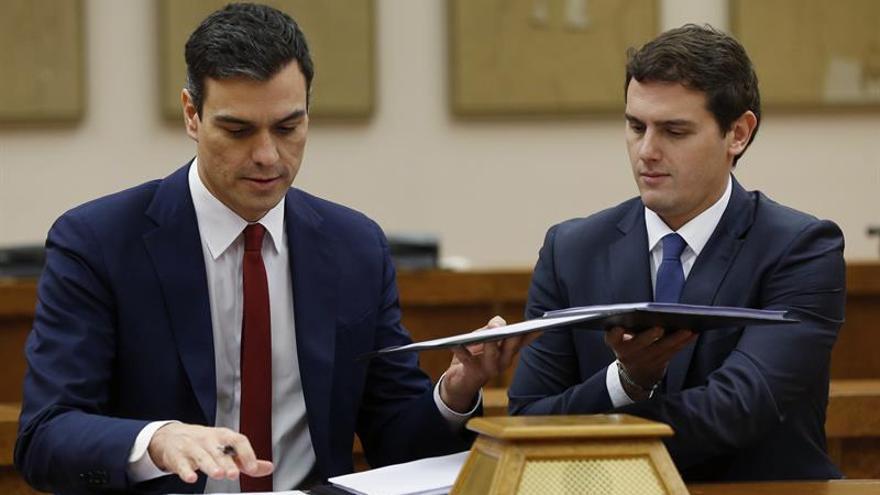 """Sánchez y Rivera firman el pacto para un gobierno """"reformista y de progreso""""."""