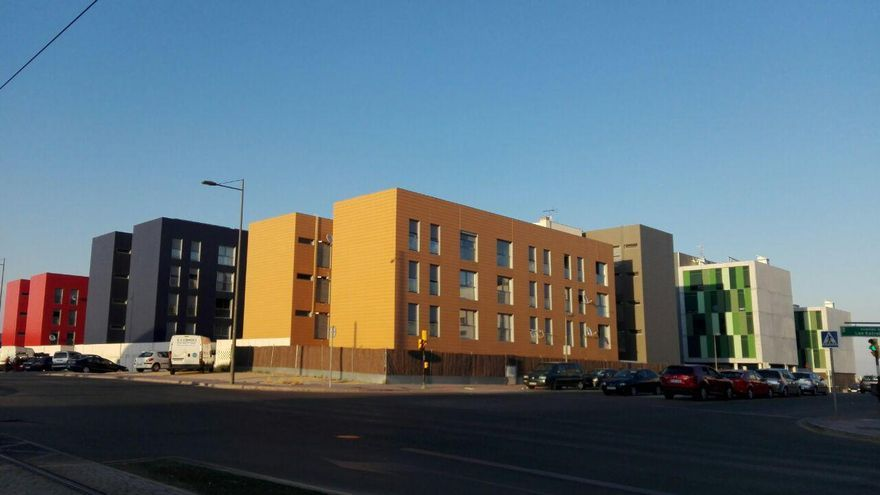 El exterior de las 240 viviendas que compró Goldman Sachs al IVIMA en 2013 en Parla. / S.P.