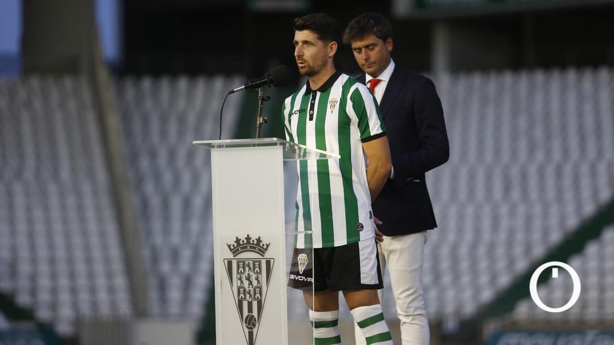 Javi Flores, con la primera equipación de la 2021-22