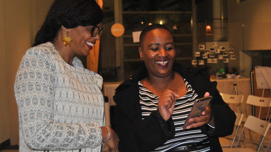 Aisha Dabo y Mandisa Khanyile durante el encuentro en Madrid.