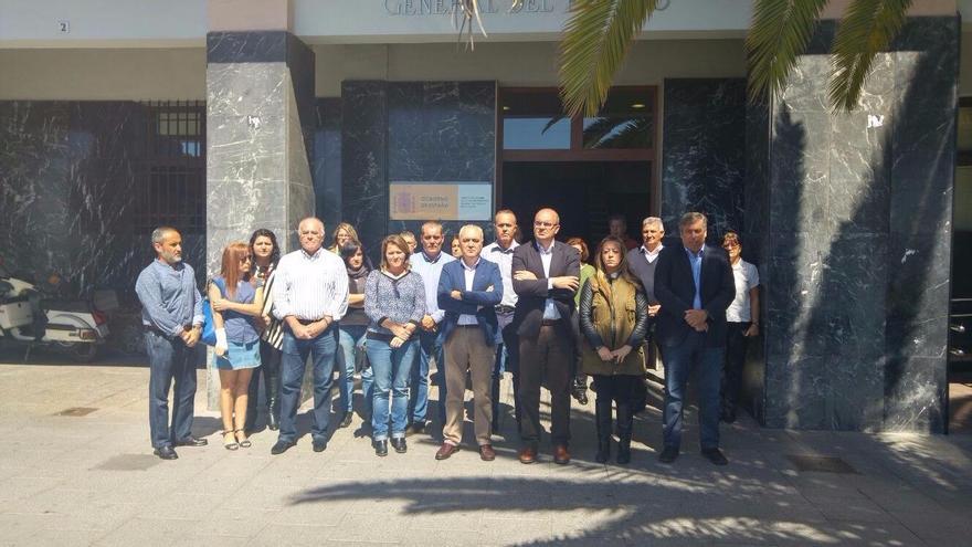 En la imagen, acto en memoria de los fallecidos en el derrumbe de un edificio en Los Cristianos (Arona) que ha tenido lugar este lunes en La Palma.