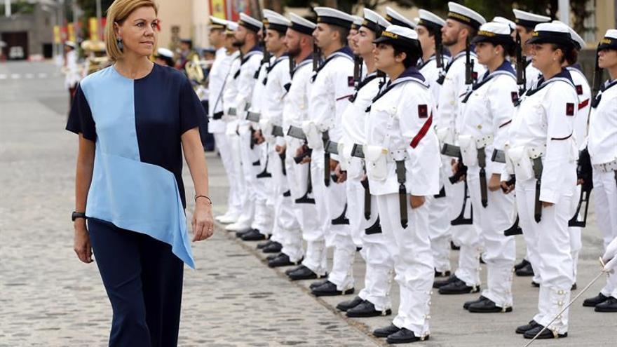 La ministra de Defensa, María Dolores de Cospedal, pasa revista a las tropas durante la visita que realizó al Arsenal de la Armada en Las Palmas de Gran Canaria