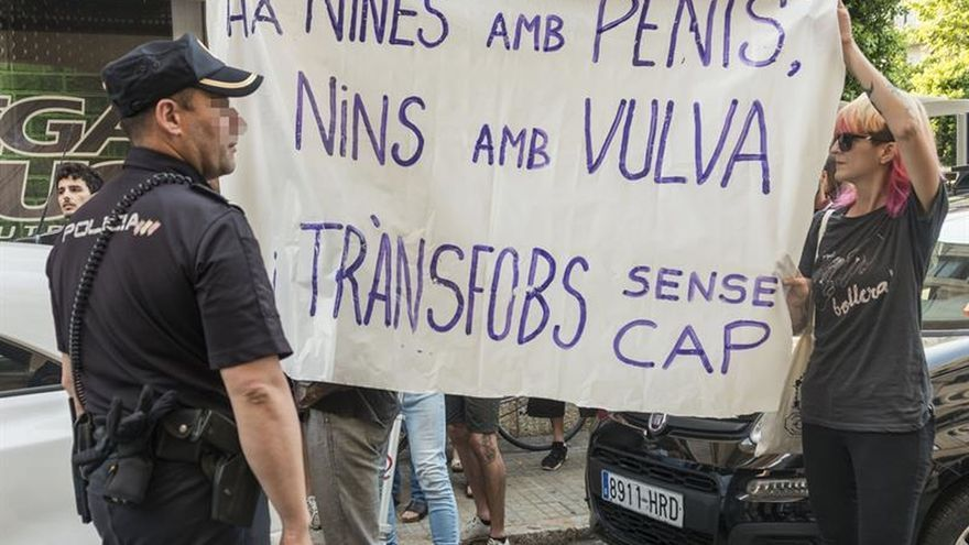 Activistas LGTBI y de Hazte Oír se enfrentan a gritos en Palma