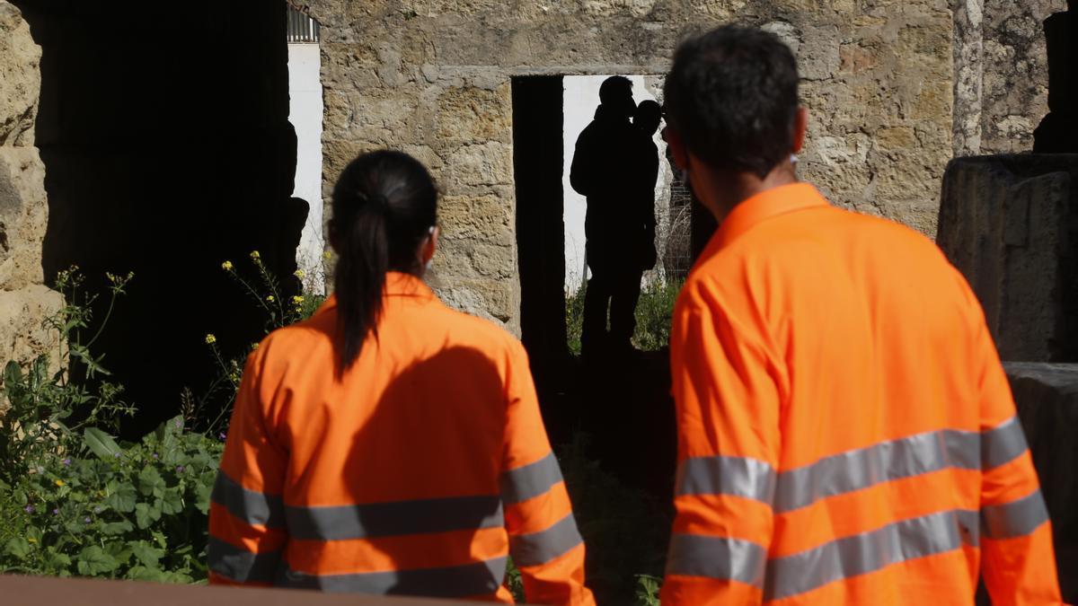 Los agentes de Policía y los operarios de Sadeco en el Templo Romano