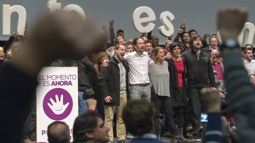 Pablo Iglesias, Sergio Pascual (a su derecha) y Teresa Rodríguez (de rojo), en un acto en Sevilla en enero.