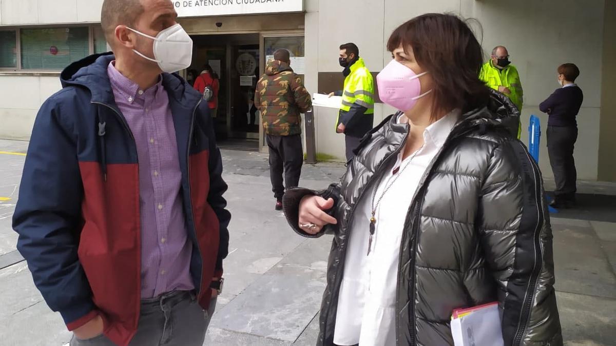 Nuria Rodríguez con el delegado de Empleo en Inguralde, Juan Antonio Pizarro, y personal de atención ciudadana del Plan de Empleo
