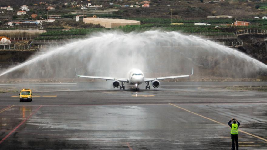 El avión, un Airbus 320, fue recibido con el tradicional arco del agua por parte de los bomberos del Aeropuerto.