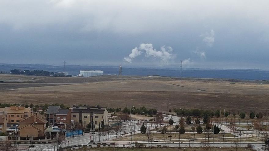Imagen de la incineradora de Valdemingómez echando humo. / FRAVM