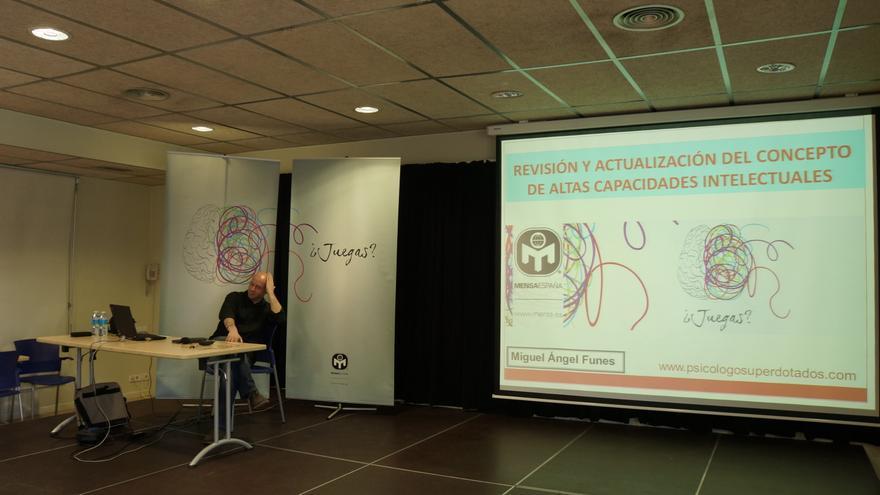 Miguel Ángel Funes, psicólogo especializado en superdotación, en una conferencia durante la celebración del 30º aniversario de Mensa España (Foto: Mensa España)