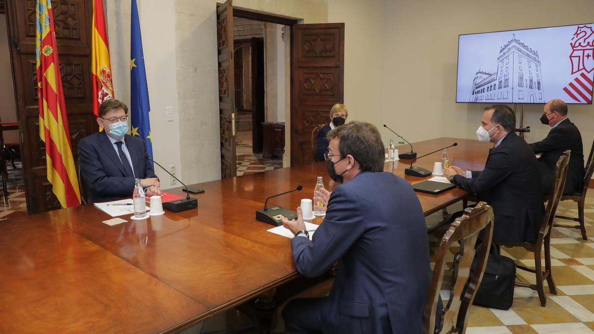 El presidente del Gobierno valenciano, Ximo Puig, con representantes de Janssen.