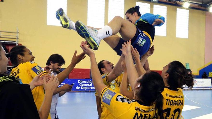 Las jugadoras del Rocasa Gran Canaria celebran su pase a la semifinal de la Copa EHF Challenge tras vencer al EKS Start Elblag, de Polonia. EFE/Elvira Urquijo A.