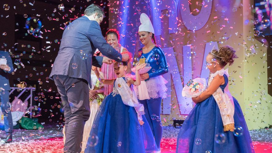 José Julián Mena corona a la nueva reina infantil de Arona