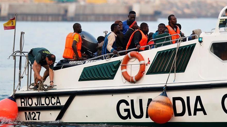 Imagen de archivo de una operación de rescate de inmigrantes por parte de la Guardia Civil. EFE/Archivo