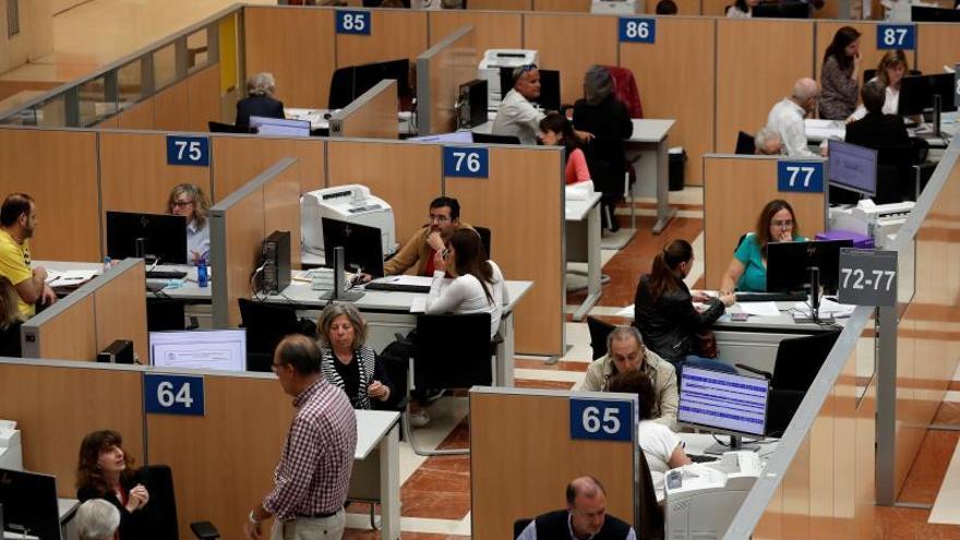 Vista general de la zona donde los ciudadanos son atendidos en la delegación de Hacienda de Madrid.