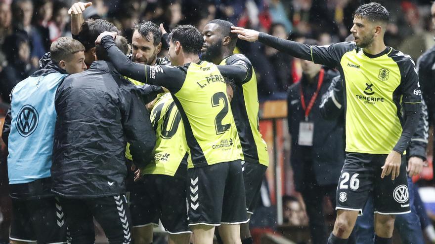 Ocho jornadas después los jugadores del CD Tenerife celebraron un triunfo.