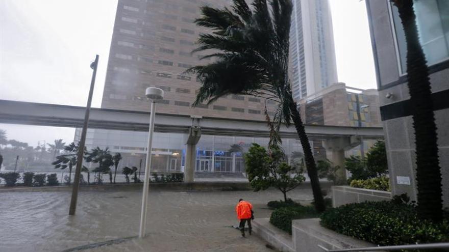 Inundación en Biscayne Boulevard como consecuencia del paso del huracán Irma en in Miami, Florida, este 10 de septiembre.