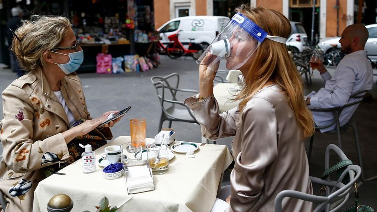 Imagen de archivo de dos personas tomándose un café en una terraza
