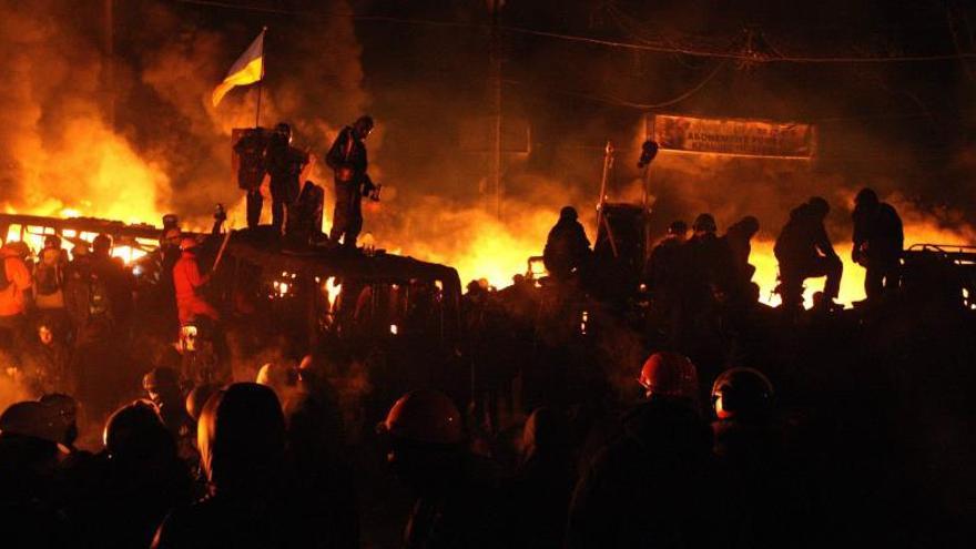Manifestantes y antidisturbios ponen en peligro la tregua en centro de Kiev