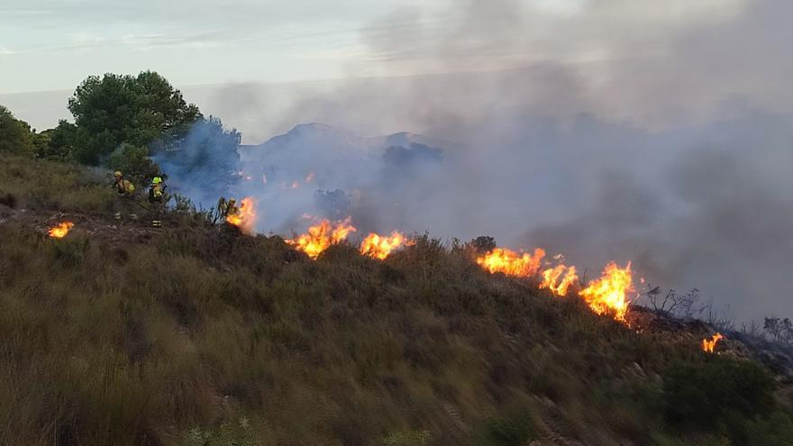 Unas 300 personas continúan trabajando en la extinción del incendio de Liétor (Albacete), que ya ha arrasado más de 2.500 hectáreas