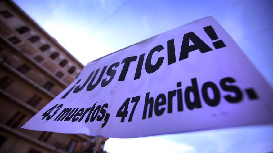 Una pancarta recuerda los 43 fallecidos y los 47 heridos en el accidente de metro y reclama justicia