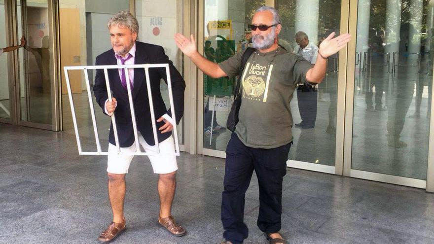 Xavi Castillo y Lalo Kubala ataviados como Alfonso Rus y Marcos Benavent a las puertas de la Ciudad de la Justicia