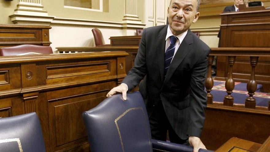 El presidente del Gobierno de Canarias, Paulino Rivero, a su llegada al salón de plenos del Parlamento regional donde hoy se celebró sesión plenaria. EFE/Cristóbal García
