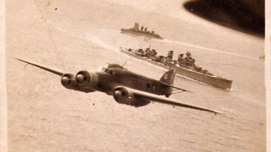 Los buques de guerra Canarias y Cervera, junto a aviones, durante el mayor crimen de guerra del franquismo. / Archivo Rafael Molina