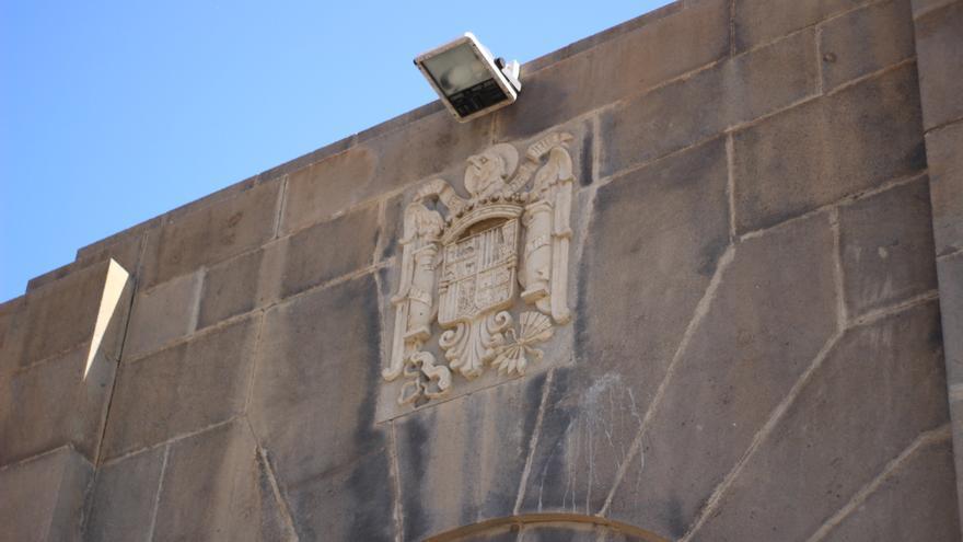 Escudo que preside la fachada principal del colegio CEIP Miguel Pintor, en Santa Cruz de Tenerife