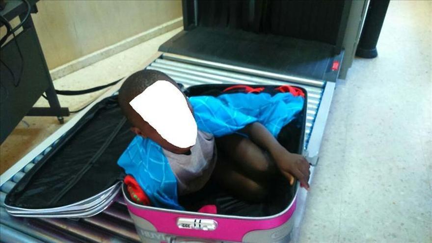 Prisión para el padre del niño encontrado oculto en una maleta en Ceuta