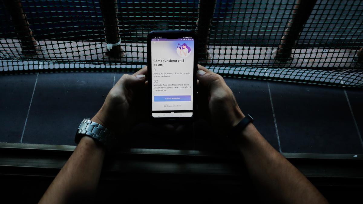 Una persona hace uso desde su teléfono móvil de la aplicación móvil que desarrolla el Gobierno de rastreo 'Radar COVID'