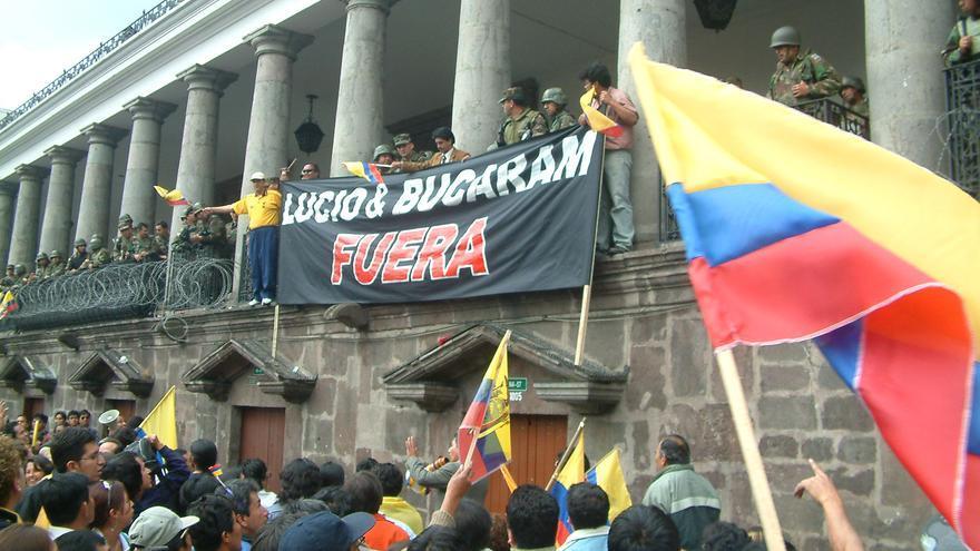 Manifestación por la salida del entonces presidente ecuatoriano Lucio Gutiérrez./ Crónicas del estallido. Fotografía de archivo