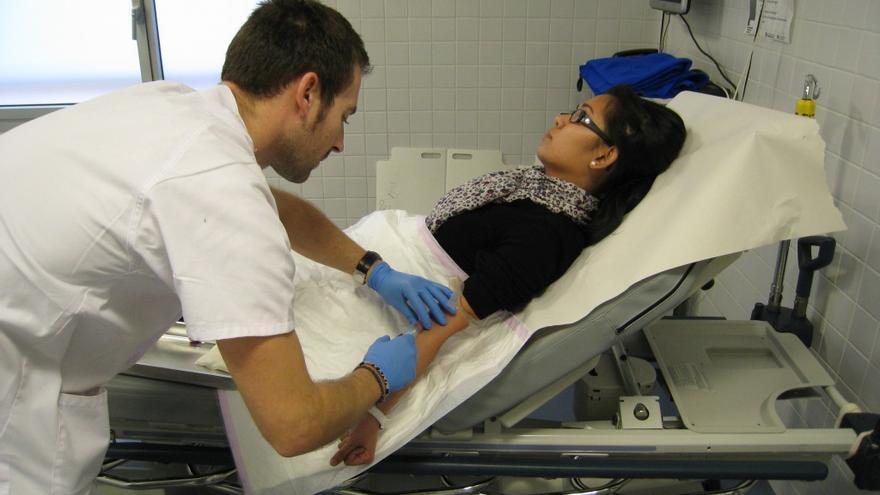 Una paciente es tratada en un centro de atención primaria