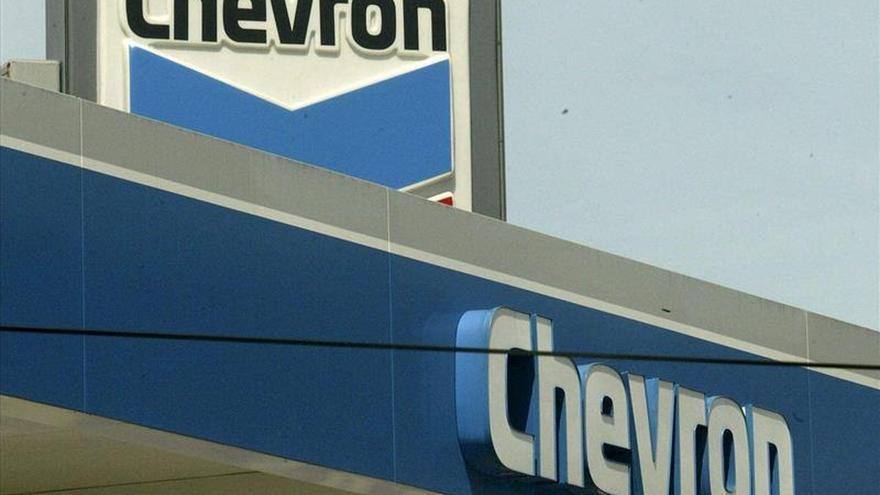 Chevron gana 2.567 millones de dólares en el primer trimestre, casi la mitad