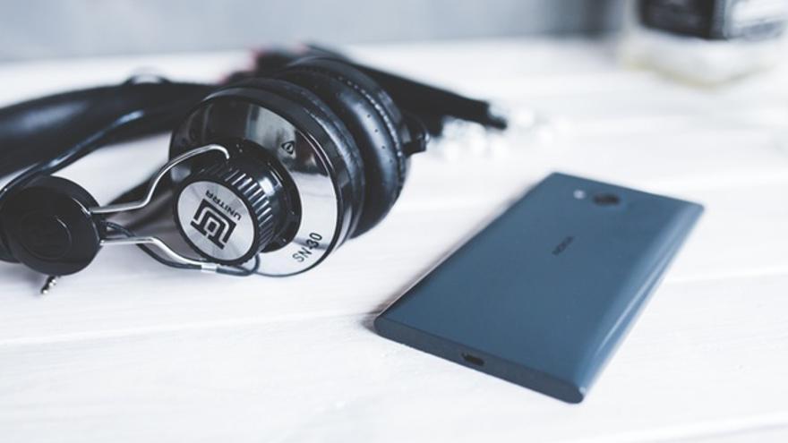 Unos cascos y un teléfono móvil