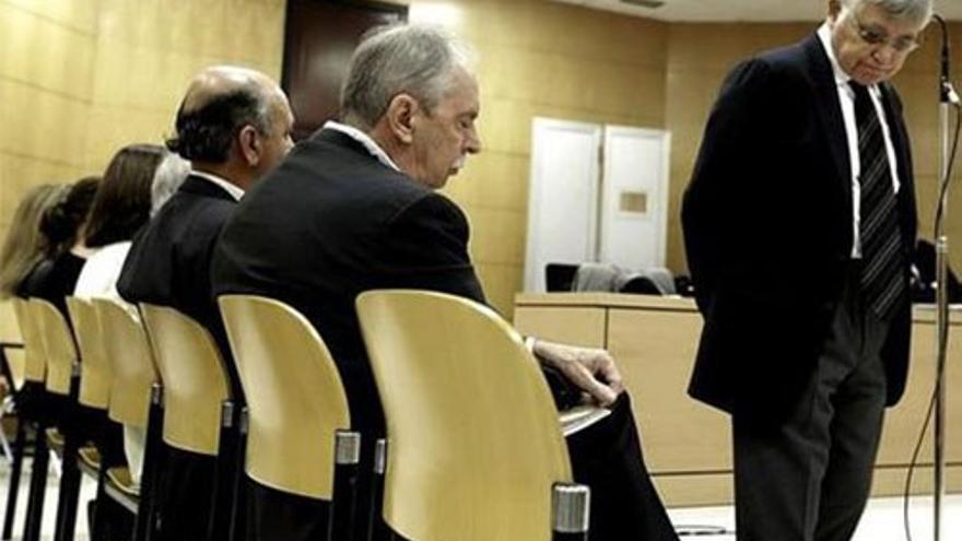 Norberto Plasencia y Manuel Parejo en el banquillo. (EFE).