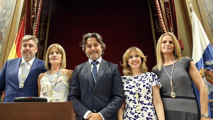 Gustavo Matos (centro), con el resto de miembros de la Mesa del Parlamento de Canarias