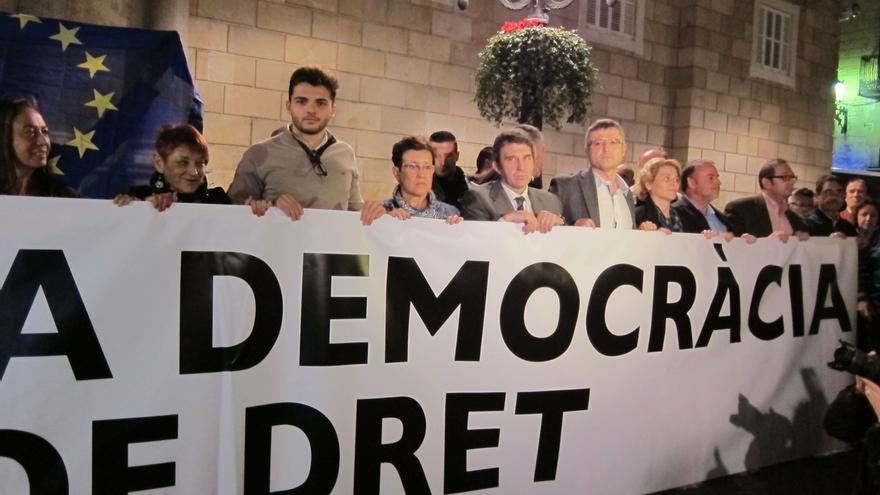 """Medio millar de personas se concentra ante la Generalitat catalana """"en defensa de la democracia"""""""