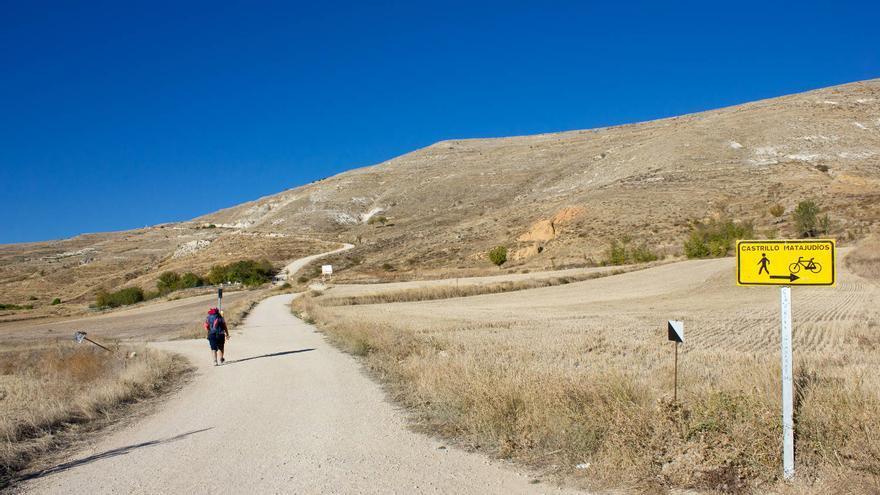 Subiendo al Teso de Mostelares, a las afueras de Castrojeriz, en el Camino de Santiago. VIAJAR AHORA