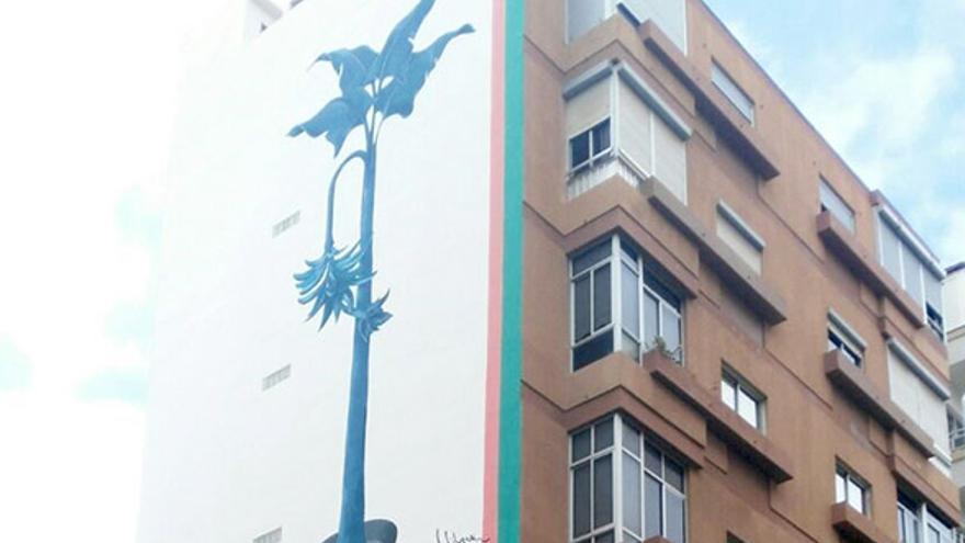 Pintura de Carmen Cólogan en la pared de un edificio de la ciudad
