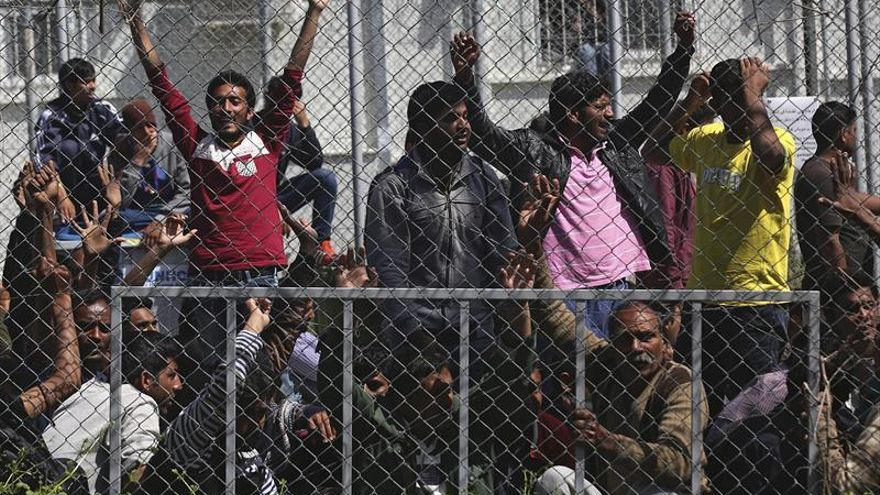 Imagen de archivo de migrantes afganos y paquistaníes participan en una protesta en contra de las deportaciones en un campamento para refugiados en la islas griegas
