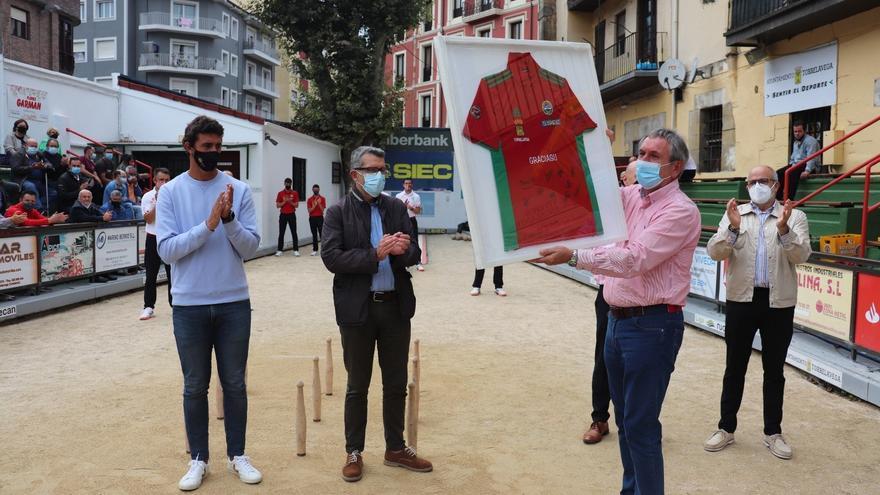 Homenaje a los sanitarios por su labor durante la pandemia de la Peña Bolística de Torrelavega