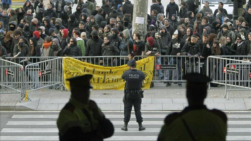 Imputan a dos mossos por la detención ilegal de seis indignados en Barcelona