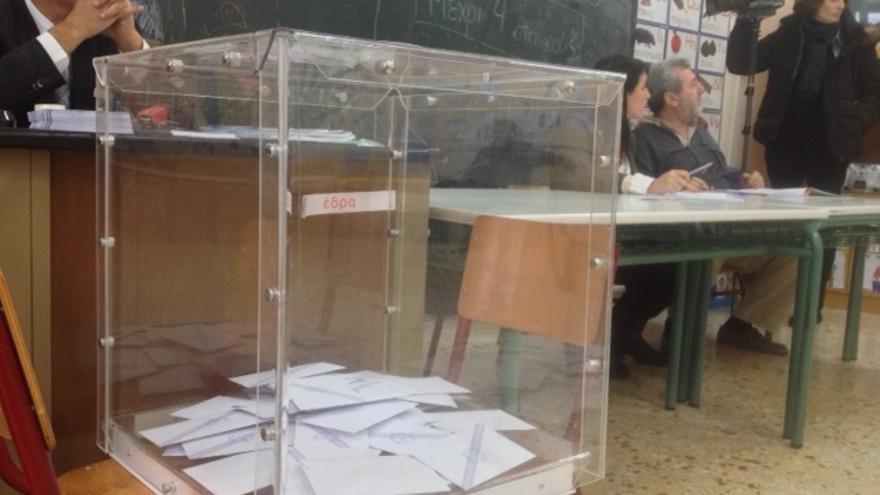 Urna en el colegio donde ha votado Tsipras. \ Andrés Gil
