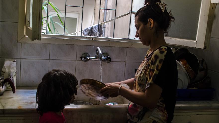 Nazdar friega los platos con su hija Alisar, de 6 años/ Foto: Clara Palma Hermann