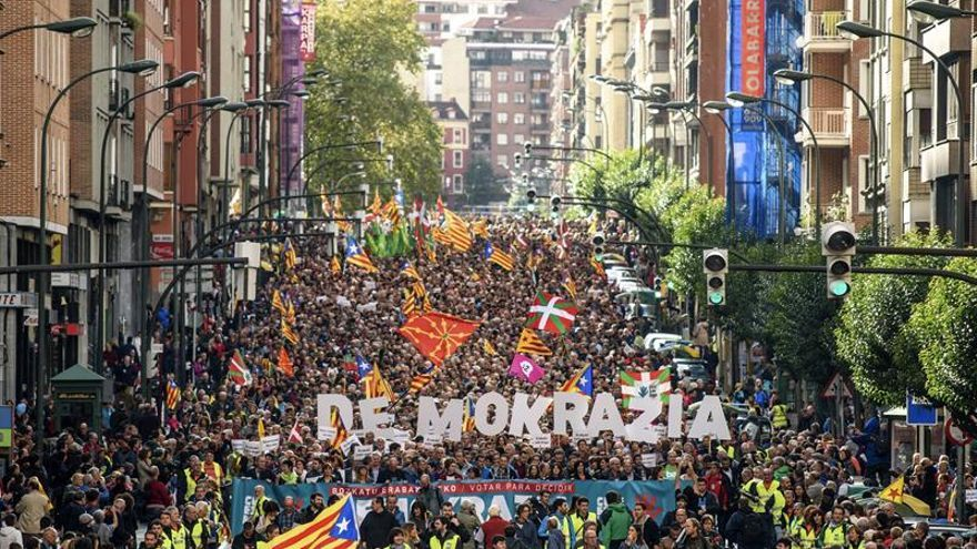 El PNV y Bildu defienden en una manifestación en Bilbao el referéndum catalán