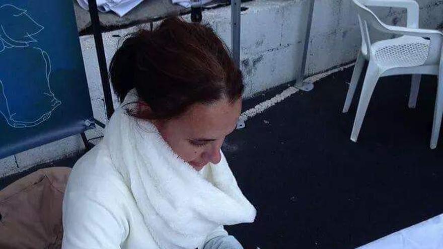 En la imagen, la escritora Sandra Lorenzo firmando ejemplares de 'Tinguaro'.